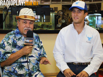 Colibrí Maldonado y Ariel Valenzuela, Presidente de AESMAC 2013, durante la entrevista para Radioplay.com.mx