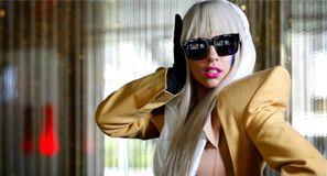 Lady Gaga se desnuda durante presentación