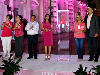 """""""Pintan"""" de rosa los Palacios de Gobierno y Municipal por lucha contra el cáncer"""