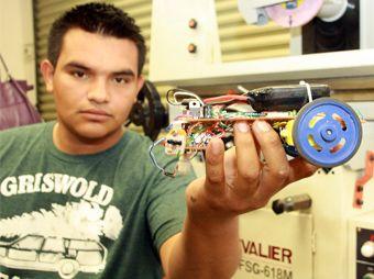 Los jóvenes diseñaron y fabricaron robots no mayores de 20 centímetros de largo y 20 de ancho, mismos que recorrieron tres pistas
