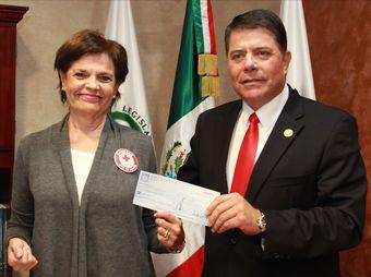 entrega-presidente-del-congreso-del-estado-donativo-a-cruz-roja