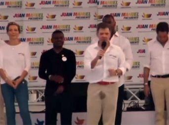 presidente-de-colombia-se-orina-durante-discurso