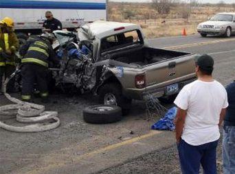 Mueren dos personas en choque de autobús y vehículo en Sonora