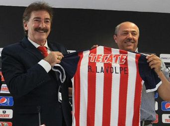Ricardo La Volpe es el nuevo técnico de Chivas