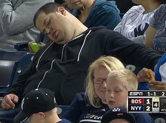 Demandan a ESPN por transmitir a fan durmiendo