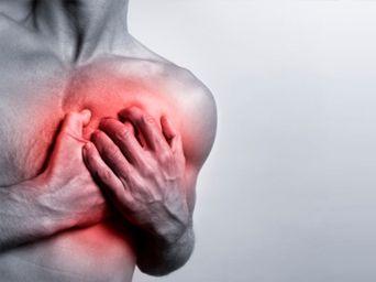 El síntoma más común es el dolor u opresión en el pecho, también puede manifestarse como dolor en los brazos, cuello y quijada.