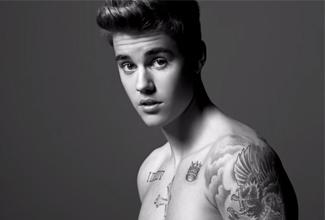 En el comercial de Justin Bieber con Calvin Klein, el joven presume su trabajo en el gimnasio, posa con su torso desnudo y se observan sus tatuajes.
