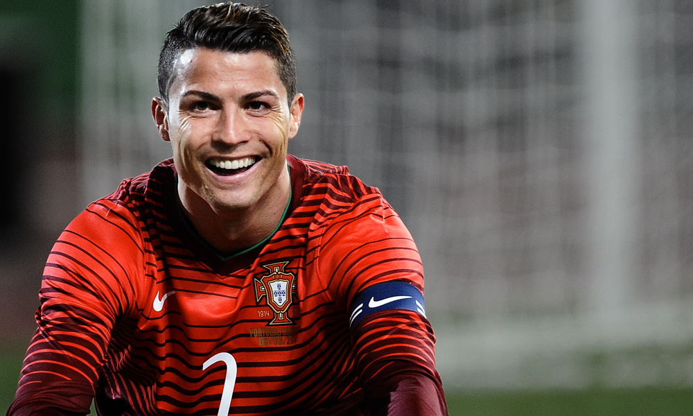 Cristiano Ronaldo lanza micrófono de reportero al agua