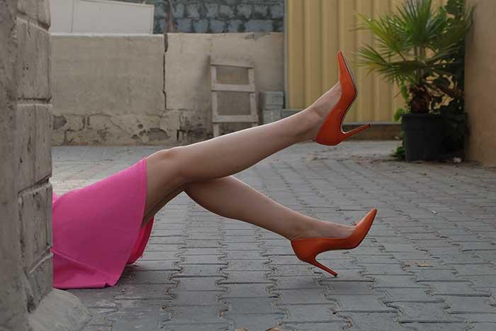 Falda corta con zapatos de punta